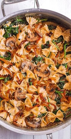 Creamy Farfalle Pasta with Spinach, Mushrooms, and Caramelized Onions. This simple meatless Italian dinner is pure comfort food! The bow-tie shaped pasta is perfectly matched with rich and buttery Parmesan sauce! Spinach Mushroom Pasta, Spinach Stuffed Mushrooms, Mushroom Sauce, Creamy Mushrooms, Comidas Detox, Cheesy Baked Chicken, Grilled Chicken, Pasta Facil, Chicken Broccoli Casserole