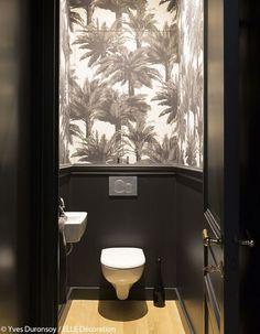 Papier peint dans les toilettes. Papier peint Mauritius - Pierre Frey - Au fil des Couleurs - © Yves Duronsoy /Elle Déco. #papierpeint #wallpaper #wallcoverings #interiordesign #interiordesignideas #deco #décoration #decorationideas #decor #toilettes #toilets #tropical