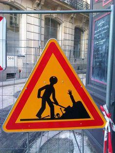 Après Clet Abraham ou The Stop Project, une nouvelle série de détournements de panneaux de signalisation, signée cette fois par l'artiste français Jinks Ku