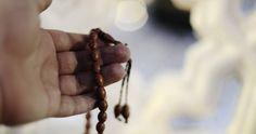 """Cuáles son las prácticas diarias de un #musulmán? """"En la vida de un musulmán lo más importante es la oración diaria que es obligatoria en cinco momentos del día. La oración es el pilar de la religiosidad de una persona. Quiere decir que una persona que no reza a Dios no puede edificar una religiosidad un vínculo pleno y consistente con Dios. Es la práctica por excelencia que nos vincula a Dios. En El Nombre de Dios El Compasivo El Misericordioso Bienaventurados los creyentes! Que hacen la…"""