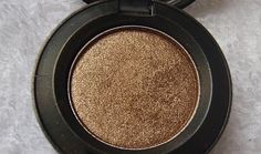 MAC eyeshadow in tempting is another favorite of mine! Love Makeup, Beauty Makeup, Sombras Mac, Make Beauty, Mac Eyeshadow, Do It Yourself Home, Beauty Supply, Hair And Nails, Fashion Beauty