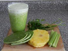 Ingredientes: 2 tallos de apio, limpios y desinfectados 1 nopal pequeño ½ toronja pelada 2 rodajas de piña 2 vasos de agua Preparación: Pon todo