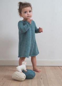 Enkel kjole med lange ærmer. perfekt til den lille vinterpige. Kjolen er strikket oppefra med fine udtagninger for og bag, som sammen med de enkle kanter giver en fin finish.