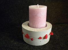 Beton Kerzenhalter für drinnen und draußen, sowohl für Teelichter als auch für Stumpenkerzen geeignet. Kann mit allen verschiedenen Bändern oder Drähten umwickelt und somit aufgepeppt werden.