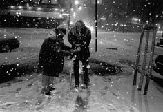 Joe Strummer giving money to a homeless person in New York. Photographed by Bob Gruen.