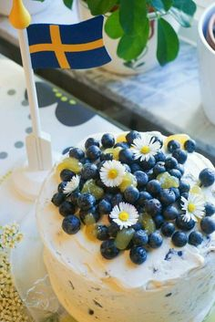 Lovely national day / midsummer cake with blueberries and lemoncurd Now for the weekend . - Lovely national day / midsummer cake with blueberries and lemon curd Now for the weekend it is Moth - Bagan, Swedish Cottage, Mors Dag, Berry Cake, Classic Cake, Tasty, Yummy Food, Swedish Recipes, Cake Decorating Techniques