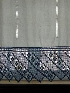 gordijn met blauwe rand