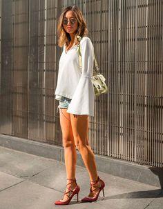 /aimee-song-looks-para-a-balada-bata-manga-flare-branca-street-style-bolsa-verde-shorts-jeans-sapato-valentino