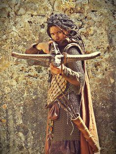 Aesch, la caza dragones y su poderosa ballesta. Vestuario de Hoja de Níspero (http://hojadenispero.blogspot.com.es/) y mathoms de La Mathomería (http://lamathomeria.blogspot.com.es/)