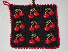 De här grytlapparna är stickade på en rundsticka och har samma mönster på båda sidorna. Crochet Potholders, Pot Holders, Knitwear, Knitting Patterns, Coasters, Daisy, Crafts, Crocheting, Tricot