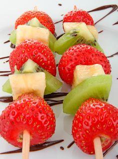Brochetas de frutas fáciles. Recetas para niños