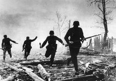 Немецкие солдаты бегут в атаку