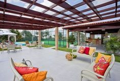 Ter uma área de lazer coberta é ideal para reunir amigos para um churrasco. Aproveite as dicas do Viva Decora de como fazer um telhado para churrasqueira.