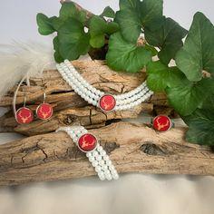 Die handgemachte, dreireihige Kropfkette aus Glaswachsperlen mit dem Hirschmotiv ist das perfekte Accessoire zu eurem Trachtenlook. Als Kombination mit Armband, Ohrringe oder Ohrstecker und Ring erhältlicht. Alle Teile des Sets sind auch einzeln erhältlich. Das Set wird von uns hergestellt, und kann somit auch individuell angepasst werden. #halskette #kette #armband #ohrringe #ohrhänger #ohrstecker #ring #trachtenlook #trachtenschmuck #dirndl #lederhose #hirsch Accessories, String Of Pearls, Stud Earring, Neck Chain, Ring, Wristlets