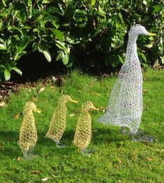 Duck and ducklings, ducklings each wire sculpture garden art Chicken Wire Sculpture Diy, Chicken Wire Art, Chicken Wire Crafts, Wire Art Sculpture, Garden Sculpture, Metal Sculptures, Abstract Sculpture, Bronze Sculpture, Outdoor Crafts