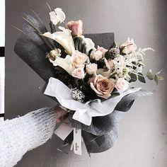 . . #발렌타인데이 #발렌타인데이꽃선물 #발렌타인데이꽃다발 . . 개인적으로 좋아하는 빈티지 컬러  . . Katalk ID vaness52 WeChat ID vaness-flower E-mail vanessflower@naver.com 070-7522-6813 . #vanessflower #flower #florist #flowershop #handtied #flowerlesson #flowerclass #플라워 #바네스플라워 #플라워카페 #플로리스트 #꽃다발 #부케 #원데이클래스 #플로리스트학원 #플라워레슨 #플라워아카데미 #꽃수업 #꽃주문 #花 #花艺师 #花卉研究者 #花店 #花艺