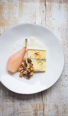 In Rosé pochierte Birne, geflämmter Morbier, Honig, Nüsse & Croutons - Käsegang