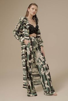 Johanna Ortiz Spring 2017 Ready-to-Wear Fashion Show Collection: See the complete Johanna Ortiz Spring 2017 Ready-to-Wear collection. Look 31 Vogue Fashion, Fashion 2017, Trendy Fashion, High Fashion, Fashion Dresses, Fashion Trends, Just Girl Things, Fashion Show Collection, Costume