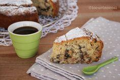 La torta al cocco senza uova e senza lattosio è un dolce vegano preparato con ingredienti di origine vegetale, leggera e golosa con gocce di cioccolato.