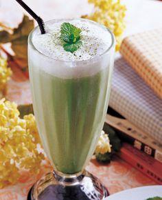 Ingredientes  1 taza de yogurt de leche de coco (o un yogur griego sin grasa) 1 plátano 1/2 manzana verde con piel   1/2cucharadita de miel 2 cucharaditas de polvo matcha 1 cucharadita de alga espirulina en polvo  1/2 de leche de almendra.