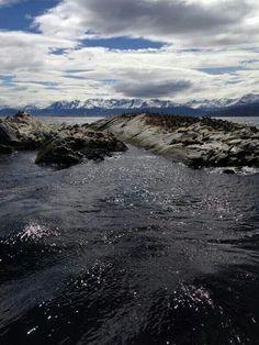 Cordillera De Los Andes y deshielos en Canal Beagle, en el sur más extremo de Chile.