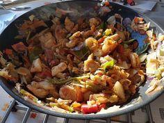Verse wok gemaakt met kip en scampi en rode curry