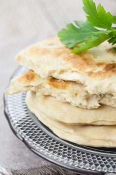 Les naans, des pains indiens que je n'ai mangé qu'au restaurant jusqu'à aujourd'hui! J'ai régulièrement vu des recettes sur lablogosphère, et j'avais justement des portions de fromage dans leréfr...
