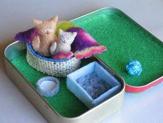 Katze und Kätzchen Plüsch Miniatur im Altoid Zinn Spielset-Bett Decke Milch Schüssel und Wurf