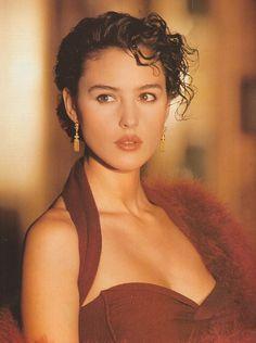 """Elle France December 26th, 1988""""Séduire en rouge passion""""Model: Monica Belluccia"""