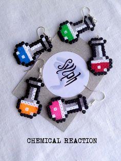 Boucles doreilles en perles de Hama Mini - réaction chimique  Tout en métal est argenté. Sans plomb.  Diverses couleurs disponibles pour le contenu