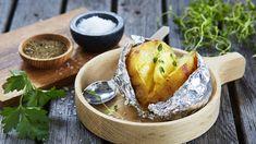 Pavlova med eggekrem | Oppskrift - MatPrat Pavlova, Grilling Recipes, Potato Recipes, Baked Potato, Camembert Cheese, Potatoes, Baking, Ethnic Recipes, Desserts