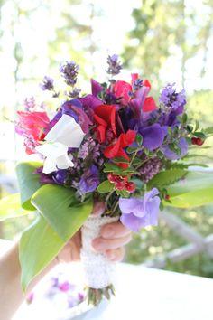 Miljövänlig brudbukett med vilda växter + trädgårdblommor! [Ecofriendly bouquet] Photo: Anna Hjärp #wedding #bröllop #ecobride Second Hand, Jewelry, Lilac, Jewlery, Jewerly, Schmuck, Jewels, Jewelery, Fine Jewelry