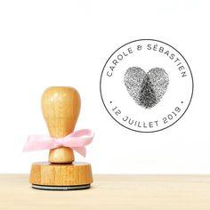 Le modèle de tampon en bois Coeur empreintes est idéal pour personnaliser votre papeterie de mariage, vos décorations pour le jour J et vos cadeaux d'invités. Vous pourrez appo - 17696822