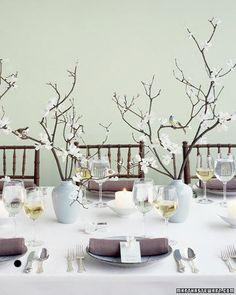 Con ramas secas y un florero, a las ramas les pegas con silicon pequeñas florecitas de tela en el tono de tu preferencia