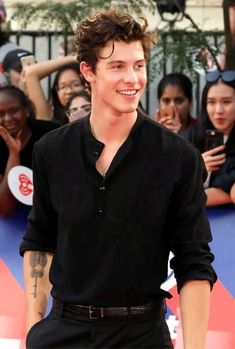 You can win 2 tickets for the concert of Shawn Mendes and you also have a chance to meet him. Shawn Mendes Imagines, Shawn Mendes Cute, Shawn Mendes Concert, Pretty Boys, Cute Boys, Shawn Mendas, Fangirl, Shawn Mendes Wallpaper, Chon Mendes