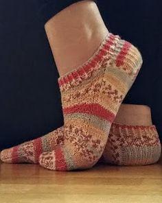 Tante er fortsatt GAL!!: NYE Sokker + GRATIS norsk oppskrift :) Socks, Quilts, Blog, Den, Fashion, Moda, La Mode, Quilt Sets, Sock