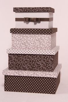 Caixa de madeira forradas de tecido, pode ser feita de qualquer tamanho e formato, com divisorias , mais de um andar, etc..