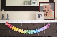 une guirlande de Pâques en oeufs en papier multicolores