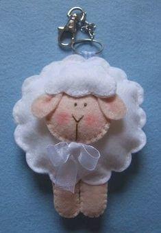 felt sheep by Ei menina! Sheep Crafts, Felt Crafts, Fabric Crafts, Sewing Crafts, Felt Christmas Ornaments, Christmas Crafts, Craft Projects, Sewing Projects, Felt Decorations