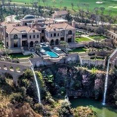 2017 most expensive homes in the US top list. Facts about billionaires most expensive luxury houses in the world. Mansions, mega-mansions, real estate, the m. Mega Mansions, Mansions Homes, Billionaire Homes, Casa Loft, Waterfall Features, Dream Mansion, Rich Home, Gate House, Modern Mansion
