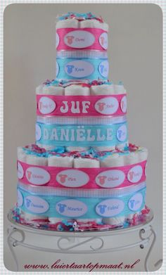 Luiertaart voor de juf als ze met zwangerschapsverlof gaat. Alle namen van de kinderen staan op de taart dus het is een kado namens de hele klas of de hele groep. info@luiertaartopmaat.nl