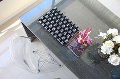 Home office! Notebook revestido com Contact de veludo. Cadeira Eames em acrílico.
