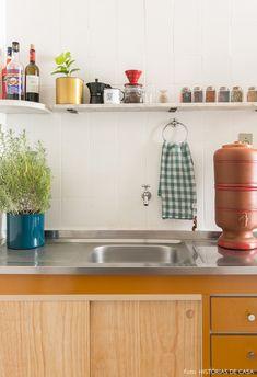Cozinha tem gabinete antigo com fórmica mostarda e azulejos brancos na parede. Apartment Kitchen, Kitchen Interior, Kitchen Decor, Kitchen Tiles, Kitchen Design, Corner Sofa And Chair, Functional Kitchen, Simple House, Small Apartments