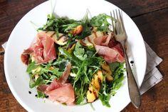 Salade met gegrilde perzik, halloumi en serrano