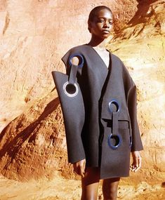 The mix of proportions in this garment creates an interesting design. This creates a interesting image that manipulates human proportions. Fashion Art, Editorial Fashion, High Fashion, Fashion Show, Womens Fashion, Fashion Design, Hansel Y Gretel, Avantgarde, Jacquemus