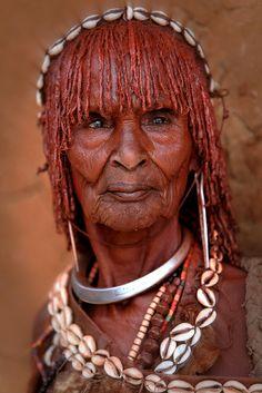 Ethiopie: vieille femme Hamar dans la vallée de l'Omo.