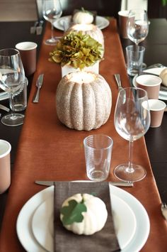 How pretty is this sparkle pumpkin table set up?