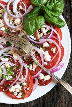 Tomato Recipes Classic Tomato Feta Salad - an essential Summer salad! Feta Salad, Salad Bar, Soup And Salad, Feta Pasta, Onion Salad, Healthy Salad Recipes, Gourmet Recipes, Dinner Recipes, Cooking Recipes