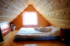 buhardilla cama Love Home, Outdoor Furniture, Outdoor Decor, Loft, Spaces, Bed, Home Decor, Micro House, Cozy