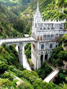Die neogotische Kathedrale Santuario de Las Lajas in Kolumbien steht inmitten von Wasserfällen und grünen Klippen.